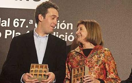 Els dos triomfadors dels primers guardons literaris de l'any, Cristian Segura, premi Josep Pla i Alicia Gimenez Bartlett, premi Nadal.