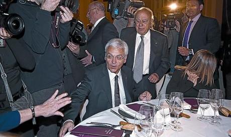 El nou conseller de Cultura, Ferran Mascarell (assegut), i l'expresident Jordi Pujol, ahir a la nit a l'inici de la gala literària.