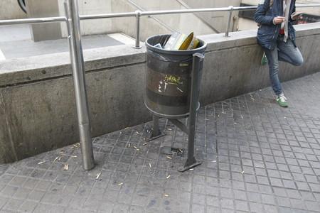 Burilles tirades a terra al costat d'una boca de metro a la plaça de Catalunya de Barcelona, dimecres.