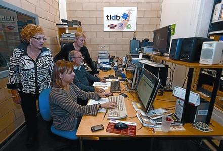 Sala de control 8 Pepi Rafel, dreta, supervisa les notícies penjades a la web.