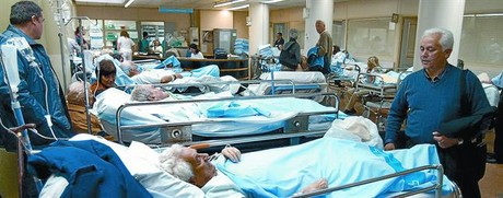Malalts ingressats al servei d'urgències de l'Hospital de la Vall d'Hebron, de Barcelona, un dilluns d'hivern.