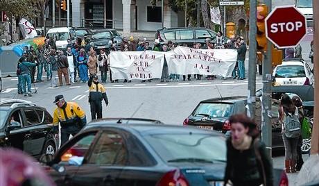 Veïns i comerciants de Vallvidrera tallen, ahir, el trànsit de vehicles entre Sant Cugat i Barcelona.