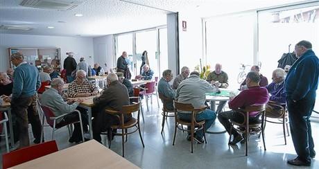 La cafeteria del Casal de Gent Gran Joan Casanelles, on els socis es reuneixen per prendre cafè, xerrar i jugar una partida de cartes.